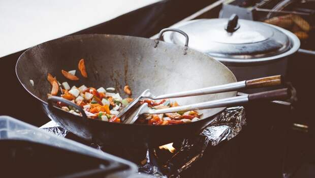 Пользователи Сети поделились эффективным способом избавления от следов жира на кухне