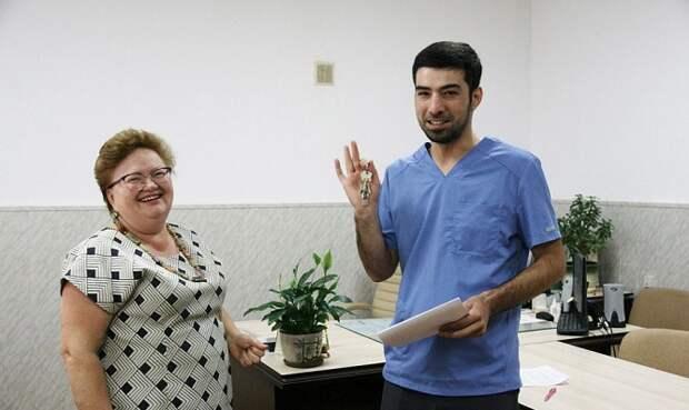 Врачам в Новопокровском районе вручили ключи от новых квартир