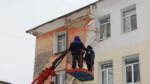 В доме на улице Гагарина в городе Сухой Лог от стены оторвался сайдинг