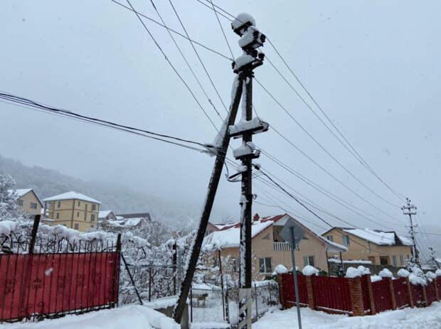 30 бригад энергетиков «Россети Кубань» устраняют последствия снегопада в горных поселках Сочи