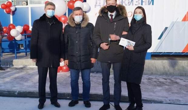 Жители Нижнеудинска получили изрук главы РЖД Белозерова ключи отновых квартир