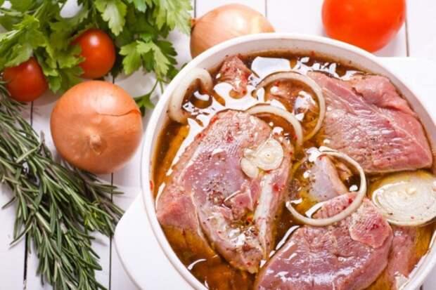Мясо должно мариноваться в холодильнике.