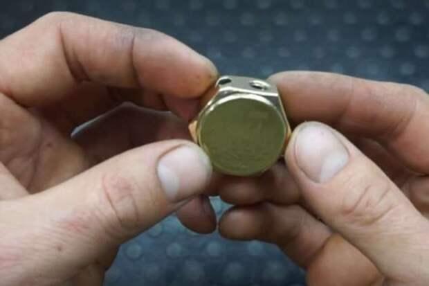 Бензиновая зажигалка из монет и гайки
