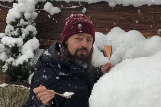 Россиянин отведал свежевыпавший снег и остался доволен