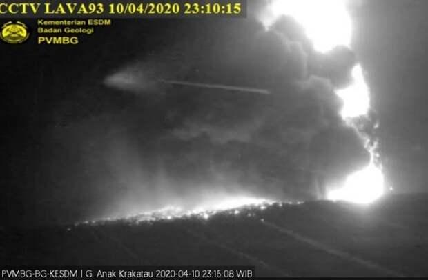 В Индонезии начал извергаться вулкан Кракатау