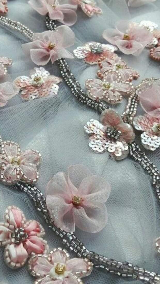 Цветы из ткани в работах дизайнеров и мастеров вышивки, фото № 14