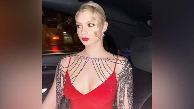 Фигуристка Скопцова предстала в образе героини «Великого Гэтсби», надев красное платье с глубоким декольте: фото