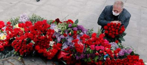 В Киеве у парка Славы националисты зиговали в сторону проходивших ветеранов