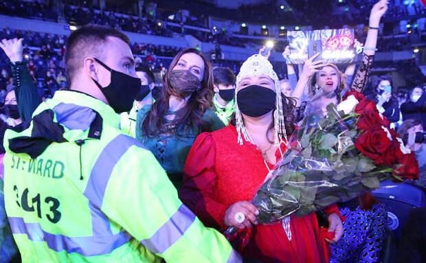 Сотрудник охраны и зрительницы на концерте «Песня года 2020» на стадионе «ВТБ Арена»