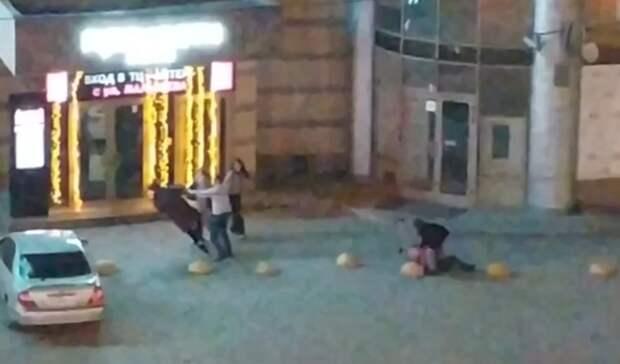 Толпа пьяных парней избила прохожих вцентре Екатеринбурга