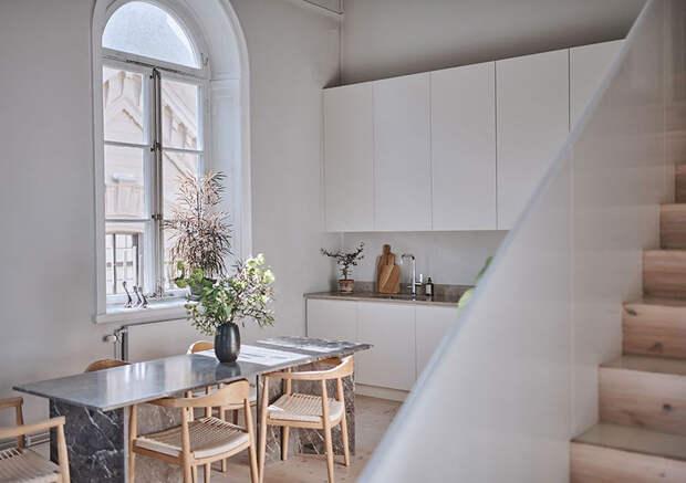 Приятный монохромный интерьер квартиры с высокими потолками и антресолью в Стокгольме (84 кв. м)