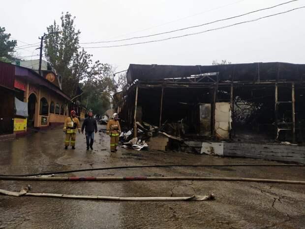 В центре Феодосии сгорели кафе и торговые объекты. Видео