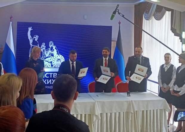 Вчесть 500 тысяч новых гражданРФ наДонбассе выпустили почтовые марки