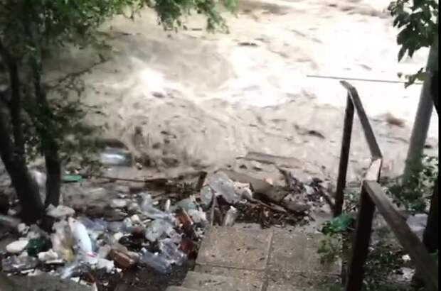 В Ялте река вышла из берегов и снесла мосты