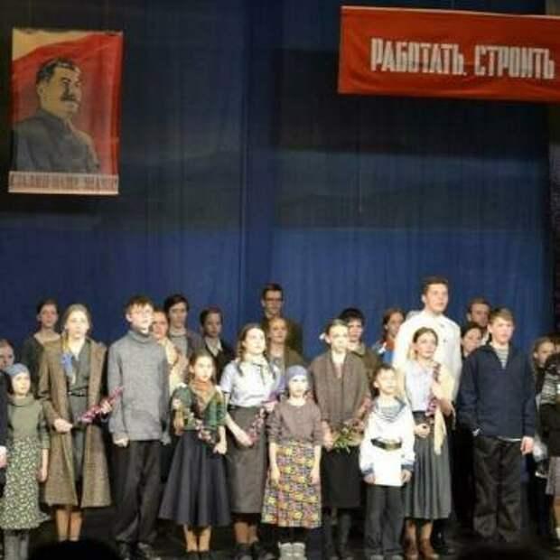В «театралке» школьницы вытирают потекшую тушь вместе с бабушками
