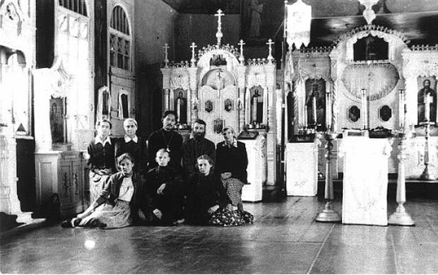 Священник в Преображенской церкви в Корпусном городке с прихожанами. Три женщины с непокрытой головой