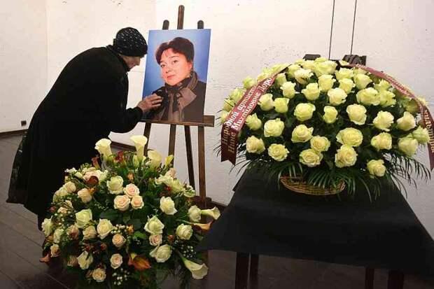 «Плакали даже мужчины»: Безутешные близкие и друзья простились с Ниной Дорошиной, экранный муж едва решился возложить цветы