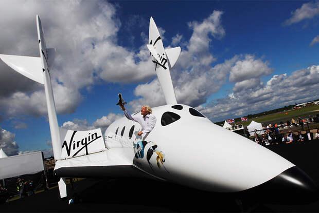 Основатель Virgin Group Ричард Брэнсон с макетом LauncherOne