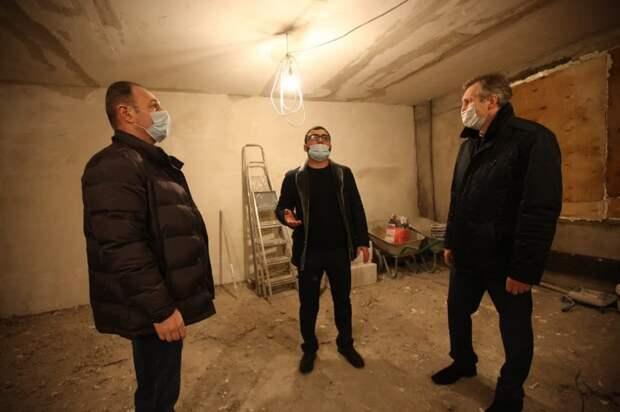 Одинокой жительнице Южного Медведкова ремонтируют квартиру, сильно пострадавшую от пожара