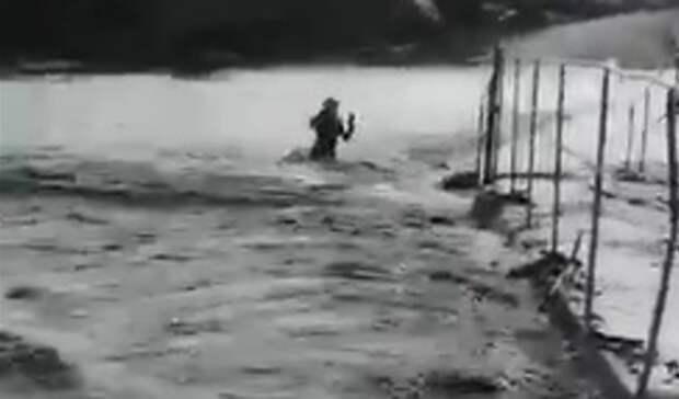 В Башкирии в потоке вешних вод едва не утонул мальчик на роликах