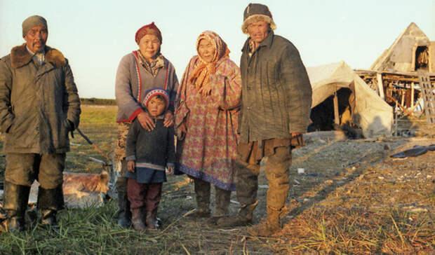 Коряки Численность: 8 743 человека Предки каряков стали одними из главных основателей охотской культуры в целом. Это типичные кочевники, несколько раз в год снимающиеся с места и совершающие свой стандартный вояж по северной части камчатского полуострова.