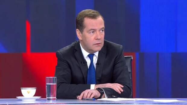 """Медведев рассказал об отличиях """"Единой России"""" от КПСС"""