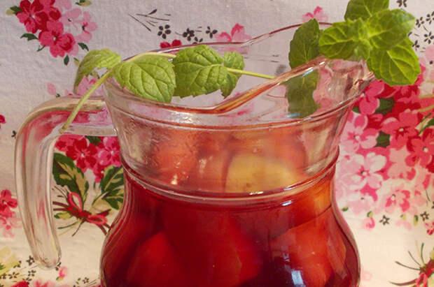 Когда напиток немного остынет, добавляем в него мед или тростниковый сахар.