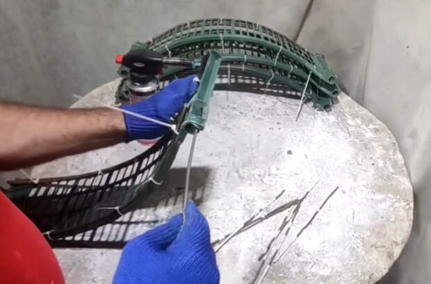 Из сломанных пластиковых и деревянных ящиков выйдет неплохая и полезная идея для дачи