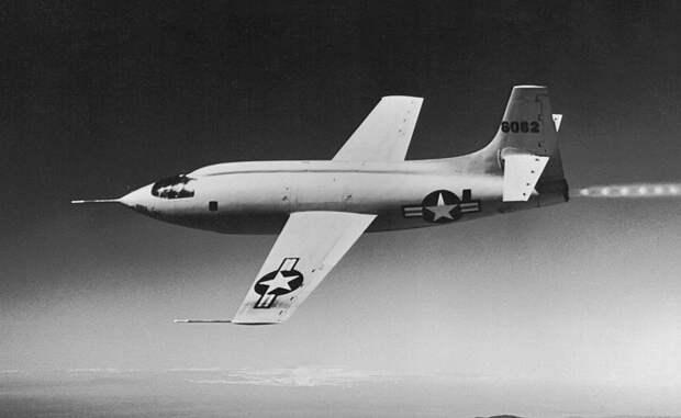 Истоки программы Работа над X-program началась после Второй мировой войны, когда НАСА объединились с ВВС США, чтобы преодолеть звуковой барьер. Вместе эти структуры создали Bell X-1. В 1947 году, высоко над пустыней Южной Калифорнии, пилот Чак Йегер стал первым человеком, достигнувшим скорости в 1 Мах.