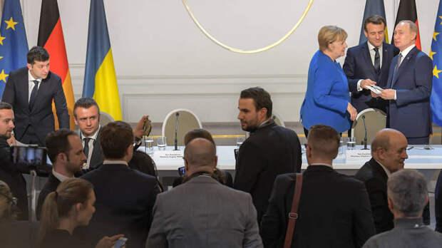 Владимир Зеленский, ни разу не приближавшийся к Владимиру Путину настолько, чтобы поговорить с глазу на глаз, надеется организовать переговоры тет-а-тет