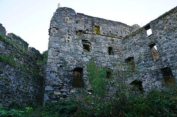 Башенный дом был пристроен почти через сто лет после основания замка.