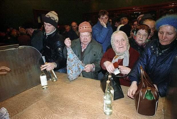 """53 бутылки водки в год - на каждого советского человека. СССР был """"страной алкоголиков"""""""