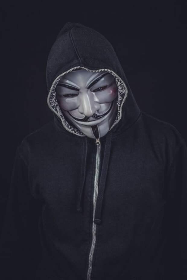 Хулиганов в масках Анонимуса заметили в порче детских площадок Аэропорта