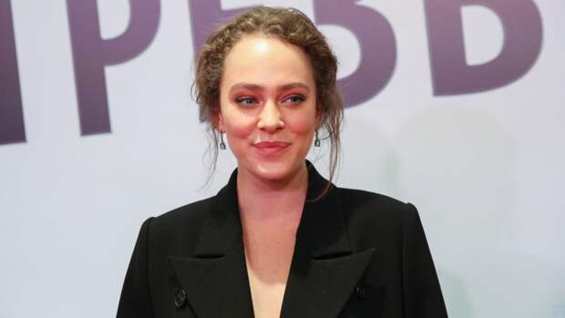 Актрису Аглаю Тарасову засняли в обнимку с возлюбленным Манижи