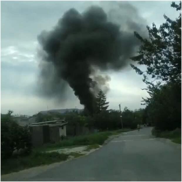 В Донецке во дворе жилого дома горит машина