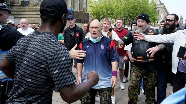 Как футбольные фанаты учат полицейских защищать Британию отпогромов имародерства. Азаодно дерутся сними
