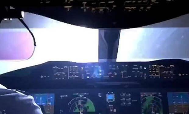 Пилот снял на камеру, как выглядит удар молнии из кабины самолета. Видео