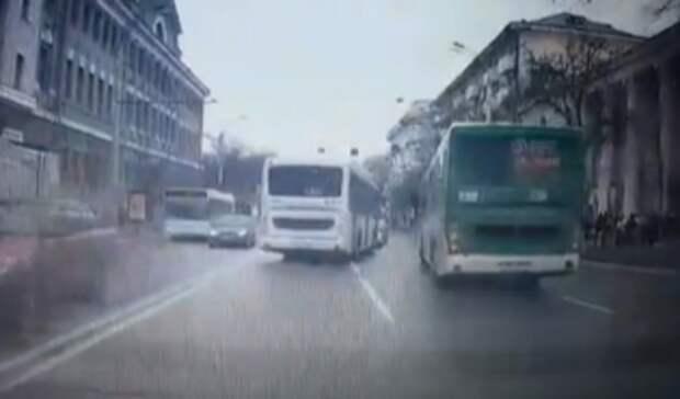Водители автобусов устроили безумные гонки вцентре Ростова