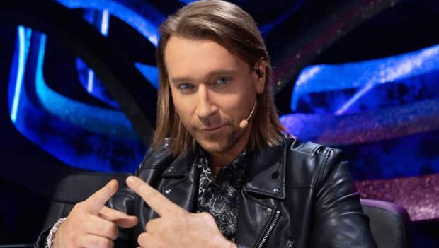 Олег Винник в костюме болотного цвета показал, как развлекается после концертов