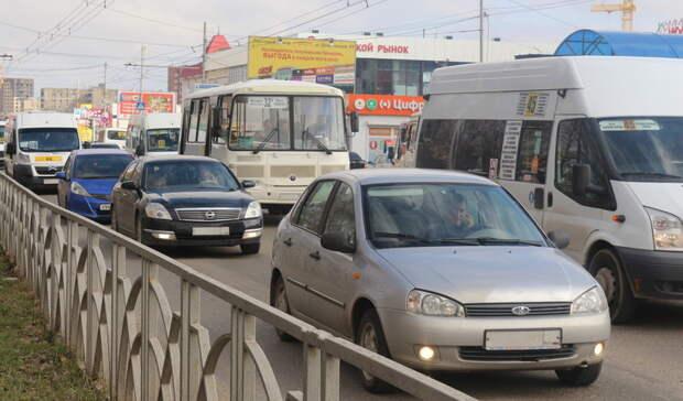 Из-за похоронщиков сгробом вдорожную пробку встала одна изулиц Екатеринбурга