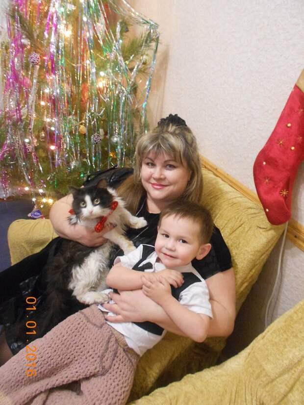 «Тащат его на поводке, он лысый, весь трясётся…» Собака, от которой отказались люди, спасла семью и 3 кошки!