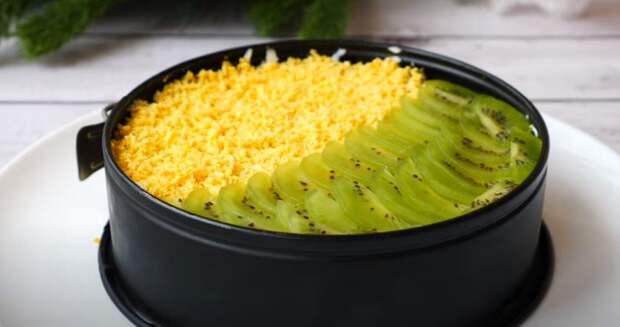 Если вам надоели салаты с куриным мясом. Салат «Новогодний каприз» — сочный и вкусный!