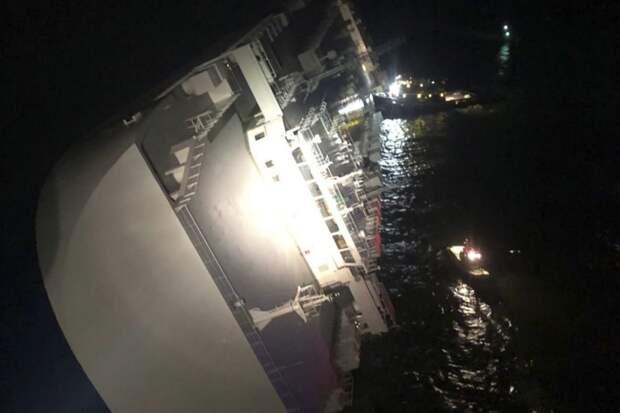 Четыре моряка заблокированы: в США перевернулось грузовое судно