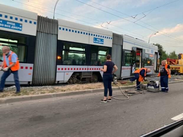 Трамвай №15 сошел с рельс в Щукине