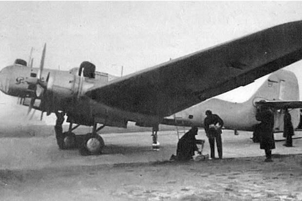 Первый полет дальнего бомбардировщика АНТ-37 состоялся 85 лет назад