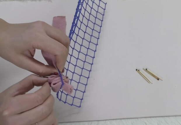 Мастерица сделала чудесный коврик, используя садовую сетку, полосы ткани и спички