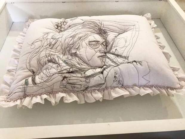Подушки с вышитыми спящими