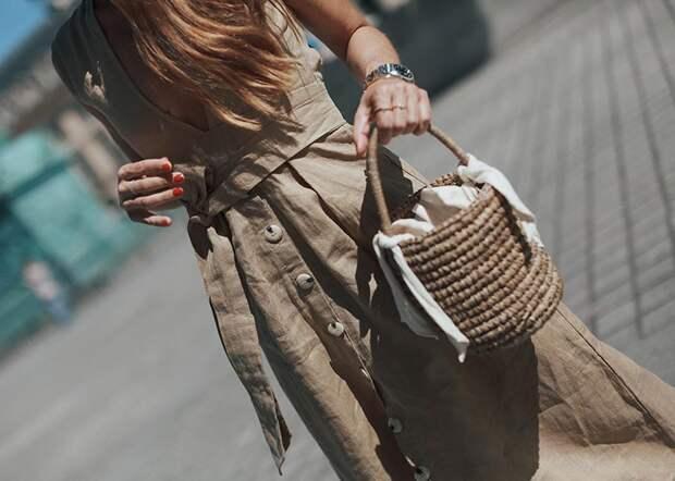 Девушка с сумкой-ведром