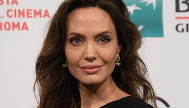 Эталон элегантности: Анджелина Джоли в ассиметричном платье-кейпе на премьере фильма «Вечные» в Риме