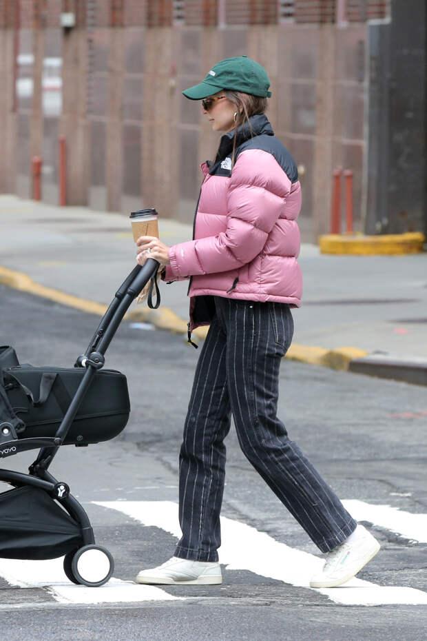 Эмили Ратаковски подсказывает, на какие брюки стоит обратить внимание именно сейчас